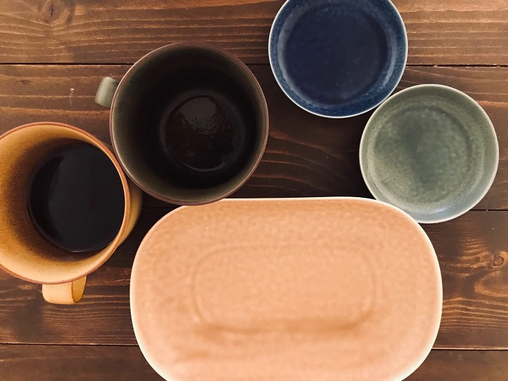イイホシユミコのカップと丸いお皿と長方形のお皿の写真