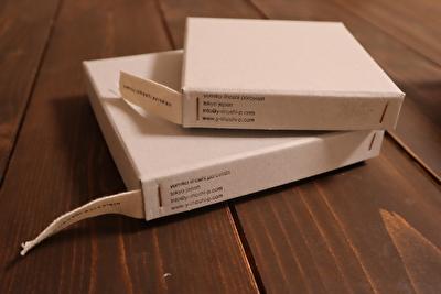 イイホシユミコのお皿の入っている四角い箱を重ねている写真