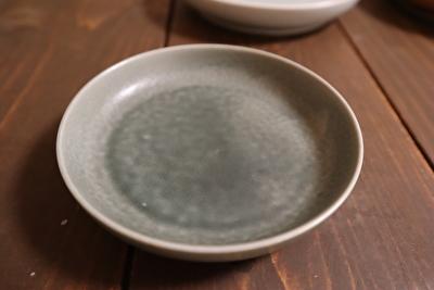 イイホシユミコの丸型の薄緑のお皿