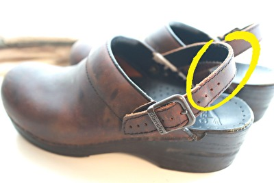 ダンスコの茶色い靴の足かけベルトをかかと部分にしている写真