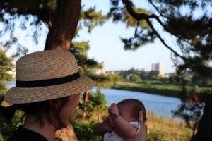 私が娘を向かい合わせで抱っこしている写真