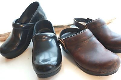 ダンスコの黒い靴と茶色のサボ2足が並んで置いてある写真