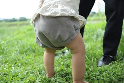 monmimiのグレーのブルマを履いて立っている娘の後ろ姿の写真