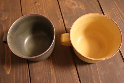イイホシユミコのオクシモロンシリーズの緑と黄いろのマグカップを上からみた写真