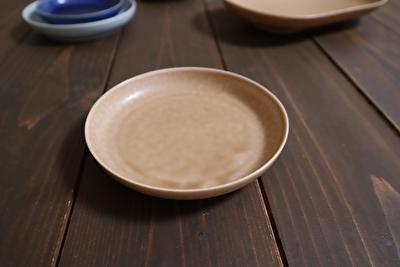 イイホシユミコの薄茶色の豆皿