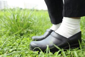 黒いダンスコの靴を履いている自分の足元の写真