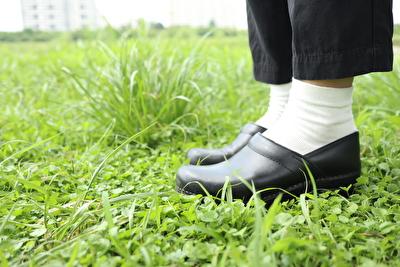 ダンスコの黒い靴を履いている自分の写真
