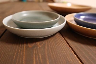 イイホシユミコの薄水色と薄緑のサイズ違いの丸いお皿を重ねている写真