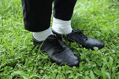クラウンの黒いジャスシューズと白い靴下と黒いパンツを履いている自分の足元の写真