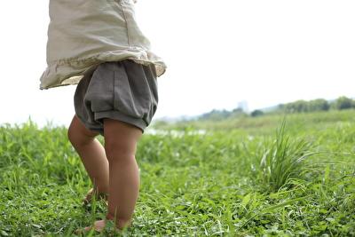monmimiのグレーのブルマを履いて立っている横側の娘の写真