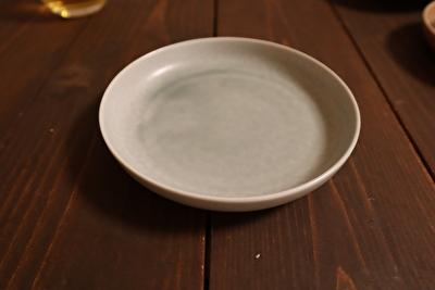 イイホシユミコの丸形の薄水色のお皿