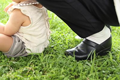 ダンスコの黒い靴を履いて子供と外で遊んでいる写真