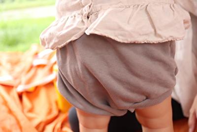 monmimiのグレーのブルマを履いている娘のブルマのアップの写真