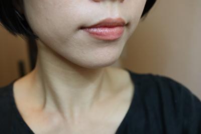 セルヴォーク23番シアーサンド色のリップを自分の唇に1度塗りしたもの