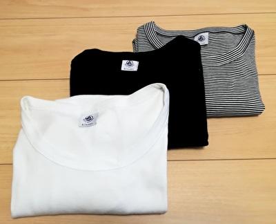 プチバトーの白と黒と黒白のボーダーのTシャツ3枚を畳んで並べている写真