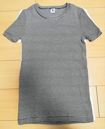 プチバトーの白いTシャツとボーダーのTシャツを重ねてサイズを比較している写真