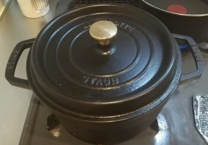 ストウブピコットラウンド黒22㎝のお鍋でお米を炊いているところ
