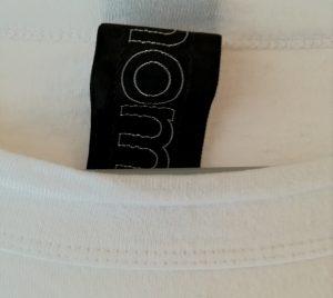 ホームスパンの白いTシャツの首元のステッチ