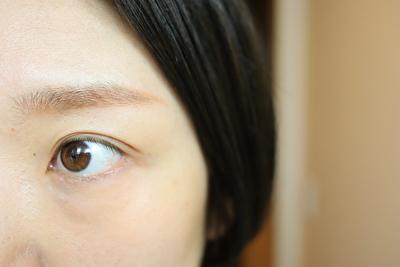 セルヴォーク、インディケイトアイブロウパウダー5番の中のオレンジ色とブラウンを使った自分の眉
