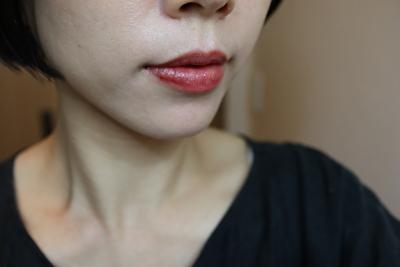 セルヴォーク10番レンガ色のリップを自分の唇に1度塗りしたもの