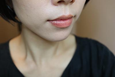 セルヴォーク23番シアーサンド色のリップを自分の唇に2度塗りしたもの