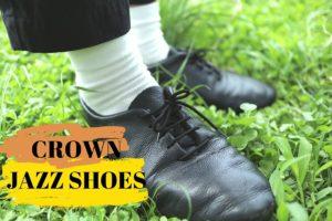 黒いクラウンのジャズシューズを履いている自分の足元の写真