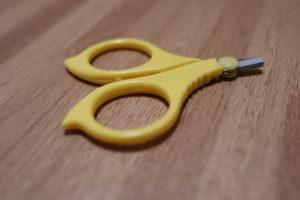 100均で買った赤ちゃん用の黄色の爪切り
