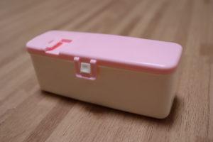 100均で買った赤ちゃん用ピンクの長方形のおせんべいケース