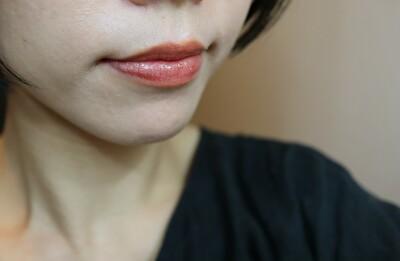 セルヴォーク10番レンガ色と23番シアーサンド色のリップを重ねて自分の唇に塗ったもの