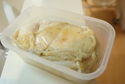 瀬尾幸子さんのレシピのれんちん鶏むね肉がタッパーに入っている写真