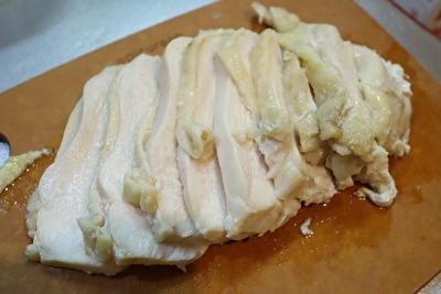 瀬尾幸子さんのレシピで作ったれんちん鶏むね肉をまな板の上で切った後の写真