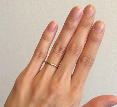 メデルジュエリーの結婚指輪を着けている自分の左手の写真