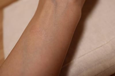 セルヴォーク、インフィニトリーカラー4番ブルーピンク腕の内側に1度塗りしたところ