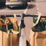 自転車のハンドルに買い物袋を下げている