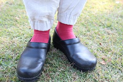 ダンスコの黒い靴と赤い靴下を合わせたコーディネートの写真