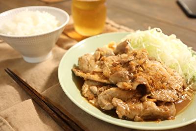 瀬尾幸子さんのレシピで作ったしょうが焼きとご飯とお茶の写真