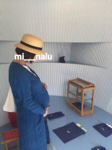 麦わら帽子に長くて青いシャツを羽織り大きいお腹に手を当てている自分の写真
