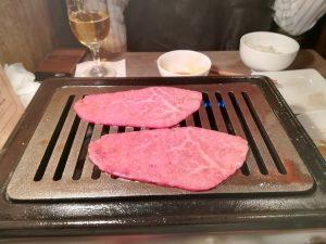 鉄板でお肉2枚を焼いている写真