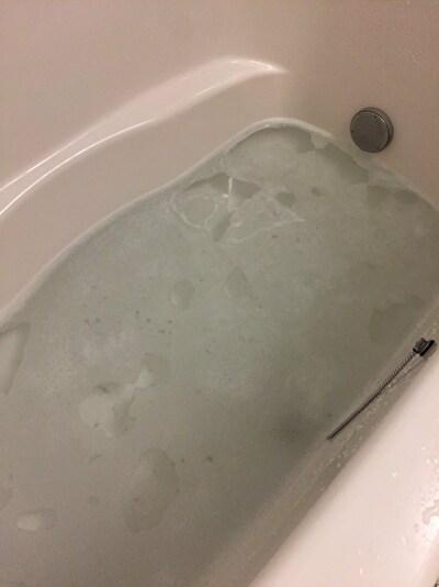 オキシクリーン液を作った浴槽の中の写真