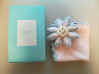 kashwea水色のギフトボックスとお花に顔がついたピンクのブランケット