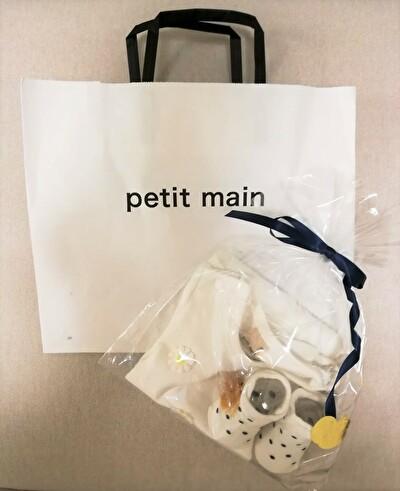 petitmainの半そでロンパースとドット柄の靴下のギフトとショッピングバッグの写真