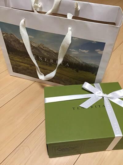 TEBERITAのショップ袋と緑のギフトボックス