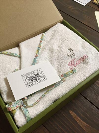 TENERITAの子供用の白いバスローブがギフトボックスに入っている写真