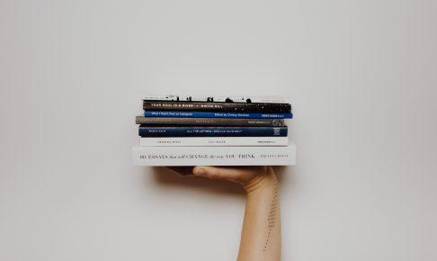 本を持っている手