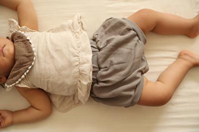 monmimiのグレーのブルマを履いて寝ている娘の写真