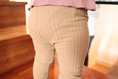 monmimiのリブレギンスを履いている娘を後ろから撮った写真