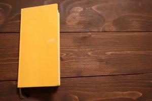 2018年の黄色い長細いほぼ日手帳の表側