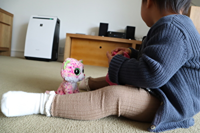 monmimiの茶色いリブレギンスを娘が履いている写真