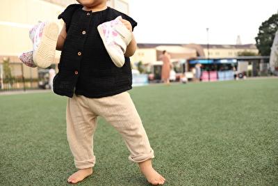 monmimiのベージュのレギンスを履いている娘の写真