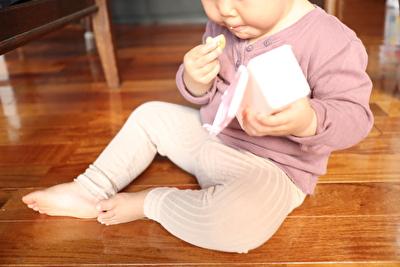 monmimiのリブレギンスを履いている娘が座っているのを撮った写真